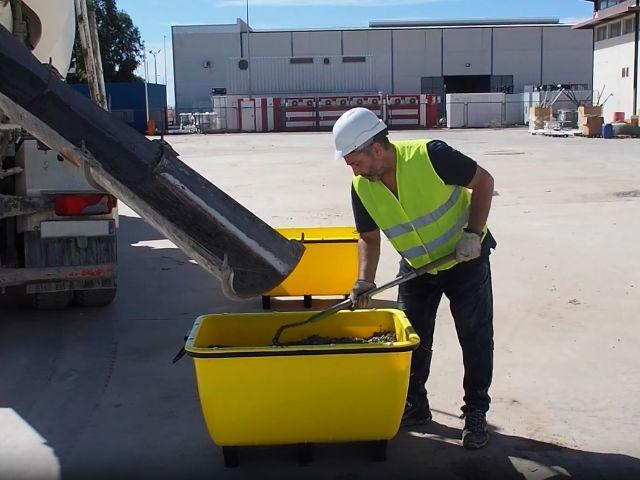 Der Tankwagen deponiert die Mischung in den Kübel, damit auf diese Weise der Mörtel ohne Schwierigkeit auf der Baustelle transportiert werden kann.